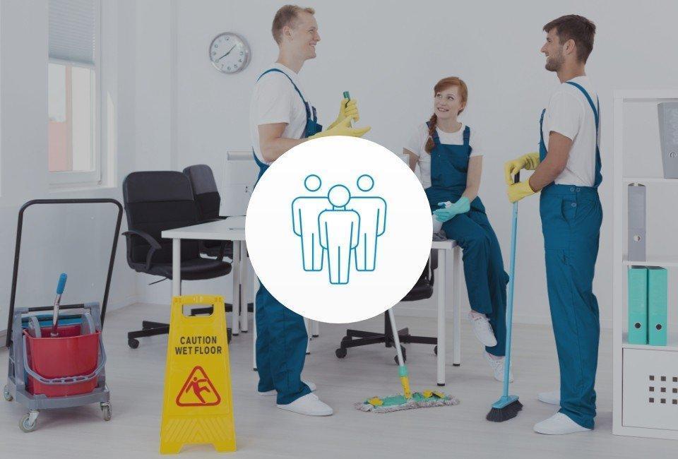 Grupa osób sprzątająca biuro